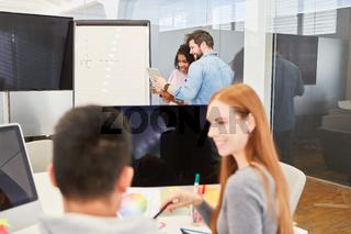 Mitarbeiter im Webdesigner Team am Computer
