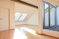 Helle sonnige Dachgeschosswohnung mit leerem Raum