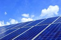 Solarzellen mit blauem Himmel
