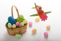 Fliegender Osterhase mit Osternest und Eiern