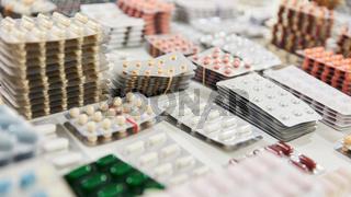 Viele sortierte Medikamente und Tabletten