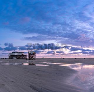 Strand von Sankt Peter-Ording mit Pfahlbauten