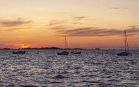 Boote ankern am Abend auf dem Meer