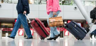 Reisende ziehen ihr Gepäck