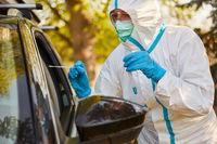 Rachenabstrich Entnahme für Coronavirus Test bei Drive-In Teststation