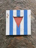 KZ-Häftlinge werden durch eine gestreifte Platte mit mittigem Dreieck symbolisiert