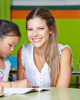 Lächelnde Kindergärtnerin im Kindergarten