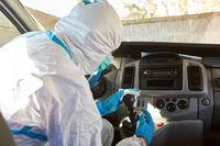 Putzkraft reinigt Schaltknüppel von Rettungswagen wegen Coronavirus