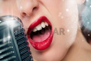 mund einer frau beim singen in ein mikrofon