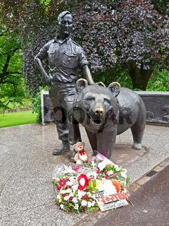 Denkmal für den Braunbären Wojtek im Princes Street Park in Edinburgh