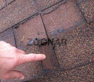 Schaden an einer Dacheindeckung aus Bitumenschinde