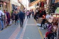 Passanten in der Einkaufstrasse in Nord-Nikosia