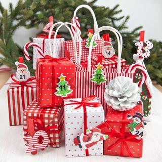 Bunter Adventskalender mit kleinen Geschenken