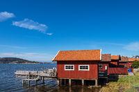 Bootshäuser nahe der  Stadt Fjällbacka in Schweden