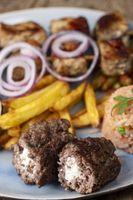 griechisches Bifteki mit Pommes frites