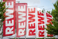 Flaggen mit dem Logo von REWE