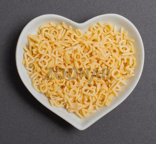Buchstaben Nudeln in einer weißen Schale für die Food Fotografie