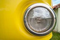 Runder Scheinwerfer eines alten gelben Autos