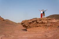 Erfolg Konzept: Zwei Männer heben ihre Arme in der Wüste