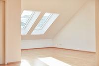 Heller leerer Raum in Dachgeschosswohnung mit Parkett