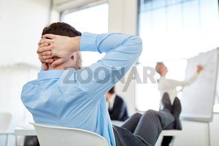 Mann legt Füße hoch im Meeting
