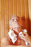 Älterer Mann entspannt in Sauna