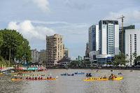 Kuching Waterfront während der Sarawak Regatta auf dem Sarawak Fluss, Kuching, Borneo, Malaysia