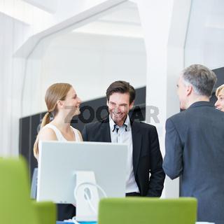 Geschäftsleute machen Smalltalk im Büro