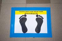 Singapur, Republik Singapur, Social Distancing an Ausgabestelle fuer Desinfektionsmittel