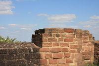 Burgmauer vor blauem Himmel