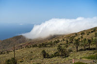 Wolken brechen ueber die Höhenkämme bei Arguamul - Insel La Gomera