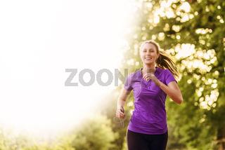 Frau hört Musik beim Jogging