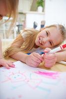 Mädchen malen Bild im Kindergarten