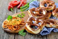 Bayerischer Imbiss mit Käse und frischen Brezen