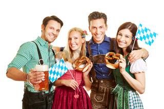 Freunde feiern Oktoberfest mit Bier und Brezel