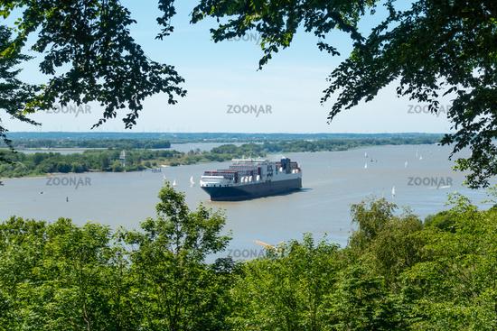 Ausblick auf die Elbe mit Containerschiff, Aussichts-Plattform Bismarckstein, Hamburg, Deutschland