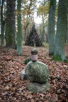 Mystischer Wald - Steinmännchen und Holzstapel im Nebelwald