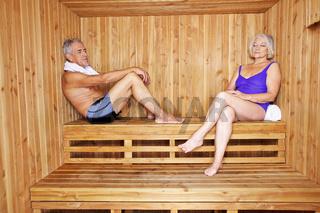 Paar Senioren entspannt in Sauna