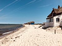 Reetgedeckte, traditionelle Ferienhäuser an der deutschen Ostseeküste nahe Heligenhafen