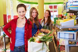 Ältere Frau an Supermarkt-Kasse
