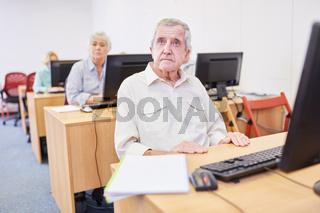 Senioren aus dem Altenheim lernen Internet Nutzung in einem Computerkurs der VHS