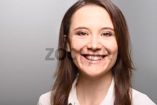 Attraktive stilvolle junge Geschäftsfrau lacht