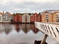 Trondheims Speicherhäuser und die Brücke Gamle Bybro am Fluss Nidelva