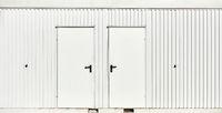 Zwei Türen als Eingang zu Bauwagen oder öffentliche Toilette