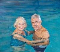 Ein Paar Senioren gemeinsam im Schwimmbad