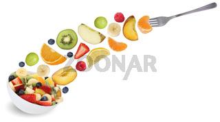 Fliegender Obstsalat essen mit Gabel, Früchte wie Orange, Apfel, Banane und Erdbeere