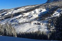 Malerische Siedlung in verschneiter Winterlandschaft, Alta Badia, Dolomiten, Südtirol, Italien