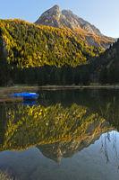 Gipfel Hahnenschritthorn mit Spiegelung im Bergsee Lauenensee