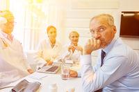 Gruppe Ärzte im Konferenzraum