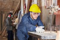 Schreiner arbeitet in Schreinerei mit Holz